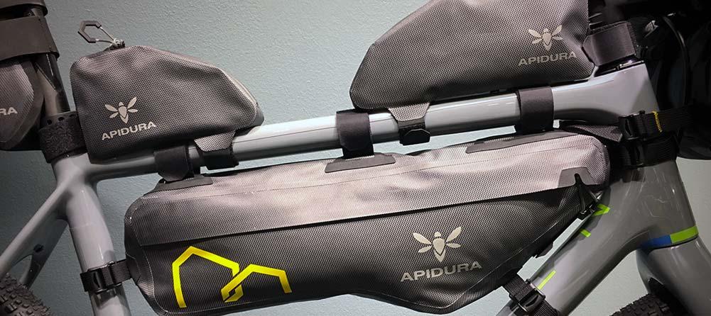 Bikepackingväskor från Rapha och Apidura
