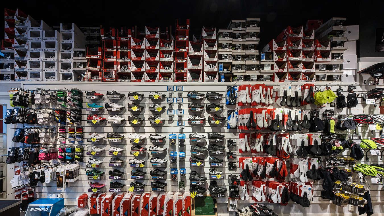 En del av alla skor och hjälmar vi erbjuder