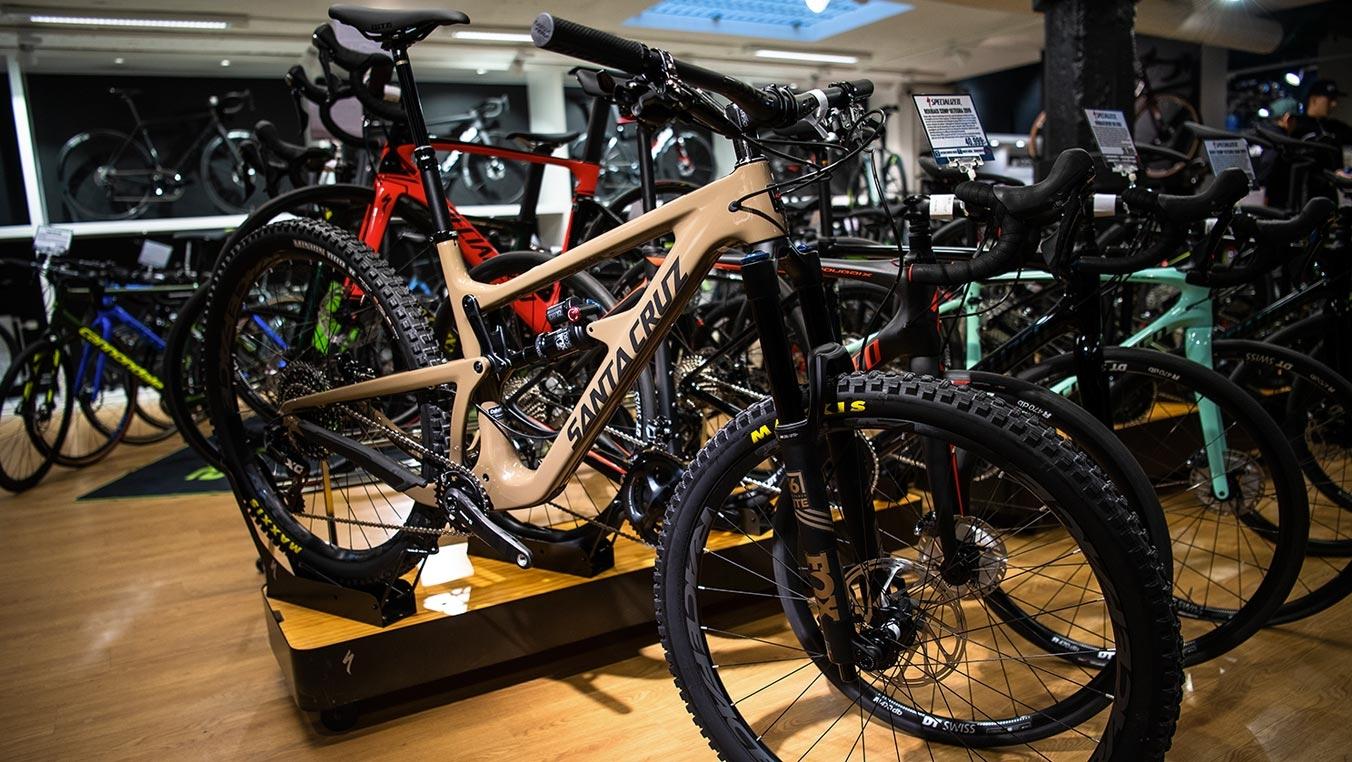 Övre delen av butiken med bl a cyklar och kläder